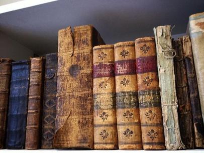 Väggen på sidan om mig - blir så kär av underbart vackra gamla böcker